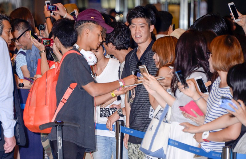 Margot Robbie and Will Smith landed in Tokyo today ahead of the Japan premiere of 'Suicide Squad'. Margot, looking glamorous in a long white dress and sexy peach heels, stopped briefly to sign for her adoring fans and snap some selfies with a lucky few.  Will showed up with son Jaden Smith, and signed autographs along with his action star dad.  Pictured: Jaden Smith Ref: SPL1328516  240816   Picture by: Scott Larson / Splash News  Splash News and Pictures Los Angeles:	310-821-2666 New York:	212-619-2666 London:	870-934-2666 photodesk@splashnews.com