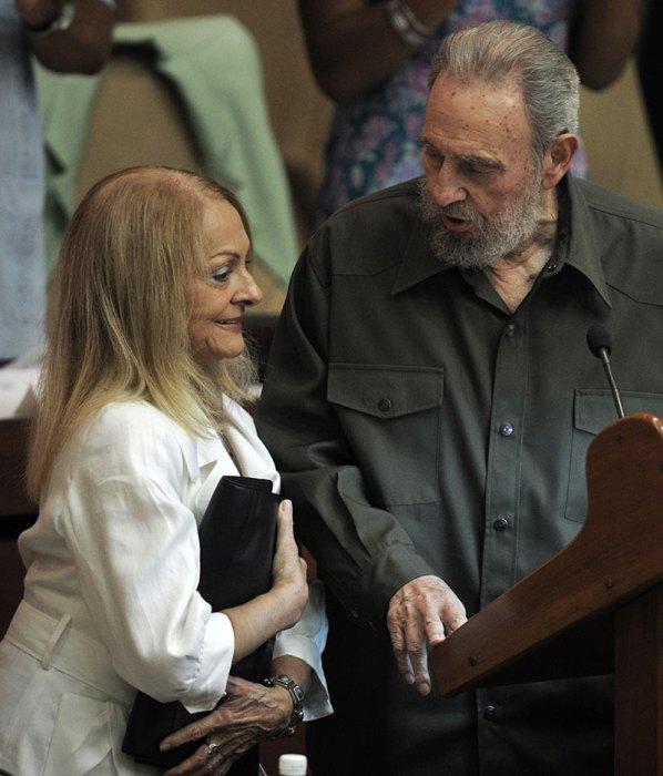 Former Cuban President Fidel Castro (R)