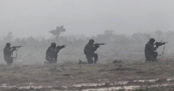 29out2013---fuzileiros-navais-da-marinha-participam-de-treinamento-militar-chamado-de-operacao-formosa-no-campo-de-instrucao-de-formosa-distante-cerca-de-cem-quilometros-ao-norte-de-brasilia-nesta-1383078078475_956x500