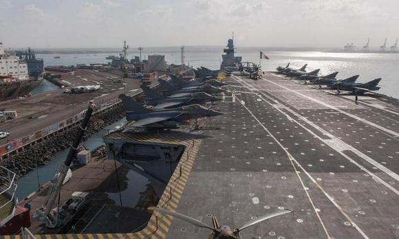 Charles de Gaulle em escala no Dibouti em dez 2013 - foto Marinha Francesa