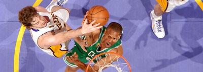 Pau Gasol tapona a Pj Brown de los Boston Celtics