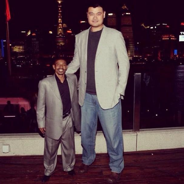 Yao Ming y Muggsy Bogues
