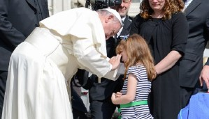 Pope meets 5 years old girl going blind. Let's pray to reduce her miseries.