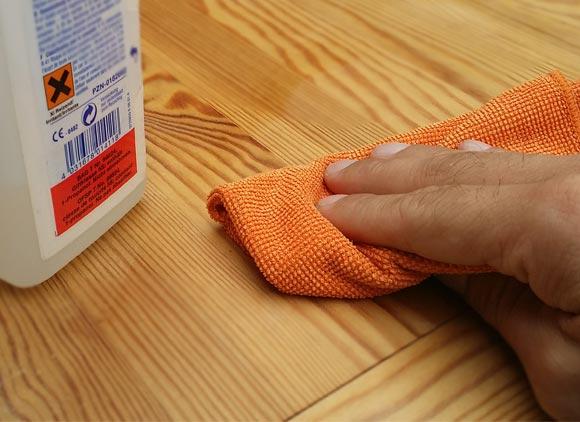 Wie kann ich Gerüche aus Holz entfernen?