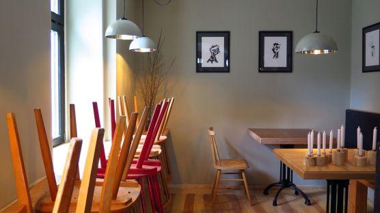 Die Lampen waren eins Salatschüsseln, die Stühle sind gebraucht, die Tische selbstgebaut.