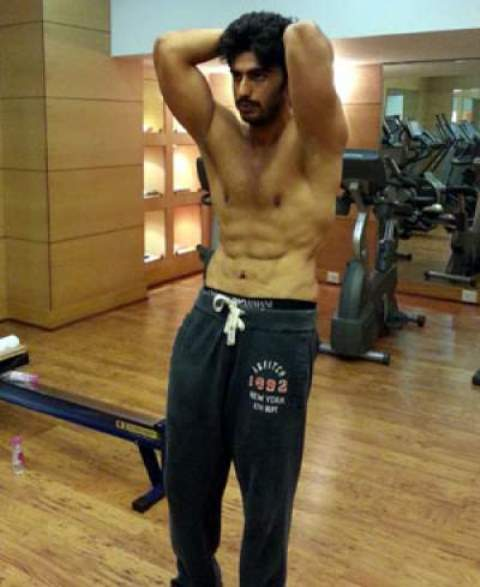 arjun kapoor showing off his abs during one of his workouts