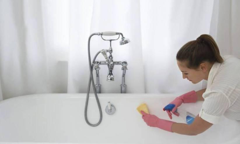 Μοναδικό κόλπο για να βγαίνει η μούχλα από τα δύσκολα σημεία στο μπάνιο [vid]