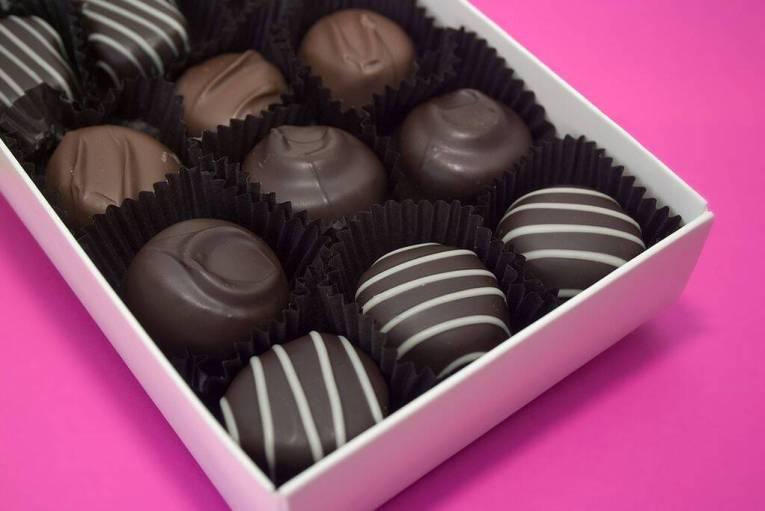 Μαύρη σοκολάτα: Παρέχει πληθώρα αντιοξειδωτικών ουσιών, μεταξύ των οποίων και η ρεσβερατρόλη.