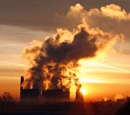 英国は石炭火力発電所を閉鎖する(2008年、リバプール近郊の石炭発電所)=ロイター
