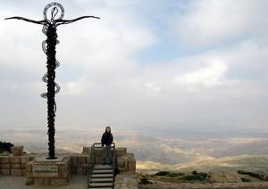 Das Christuskreuz hoch auf dem Berg Nebo in Jordanien. Foto: www.nikkiundmichi.de
