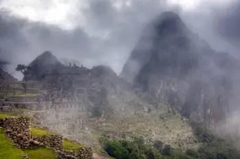 Früh am Morgen: Nebel hüllt Machu Picchu ein.