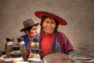 Peru: eine Quechua-Frau schaut in die Kamera.