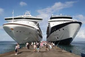 Die Celebrity Millennium, rechts, im Hafen von Grenada.
