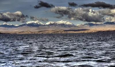 Titicacasee Panorama: im Hintergrund die stolzen Kordilleren.