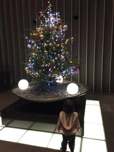 クリスマスツリーを見る娘