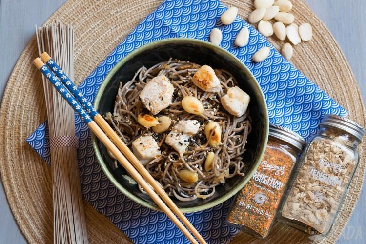 Noodles con pollo y almendras