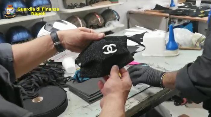 Fabbrica hi-tech produceva anche mascherine con false griffe
