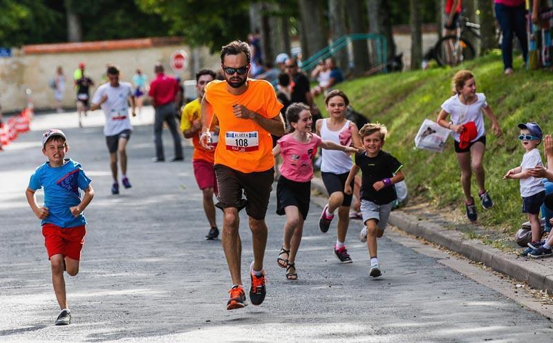 Les enfants s'en donnent à coeur joie lors de l'arrivée des coureurs.