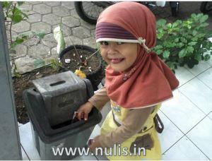 Aisha menemukan bks rokok dijalan (kantor kelurahan)  lalu diambilnya untuk dibuang pada tempatnya