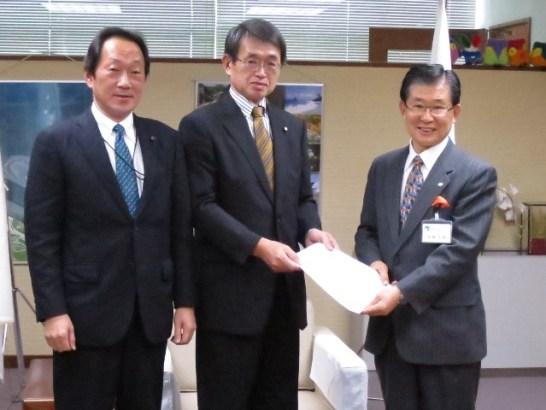 加藤市長に「提案書」を手渡す。市長曰く「にこやか過ぎたかな」