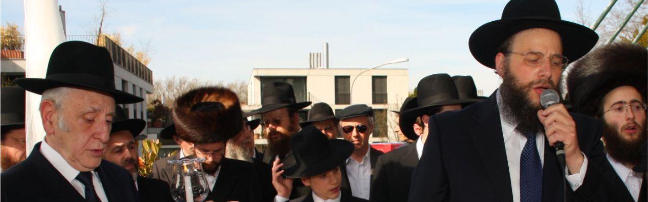 Ezra Lubelsky singing at a Chupa