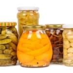 Els salaons en vinagre com cebetes, alls, olives i cogombrets són excel·lents opcions