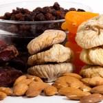 Les fruites dessecades com les figues i les orelletes d'albercoc en porten bastant, però cal tenir present que són molt densos en sucres simples