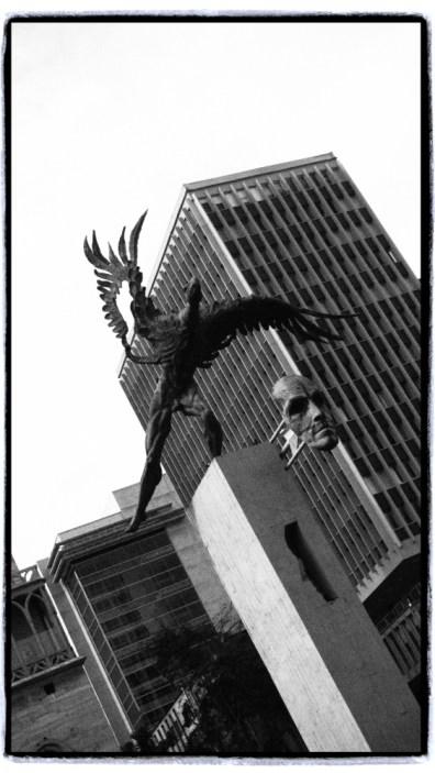 Kafasi ve vucudunun bir kismi Condor olarak tasvir edilen Bolivar heykeli