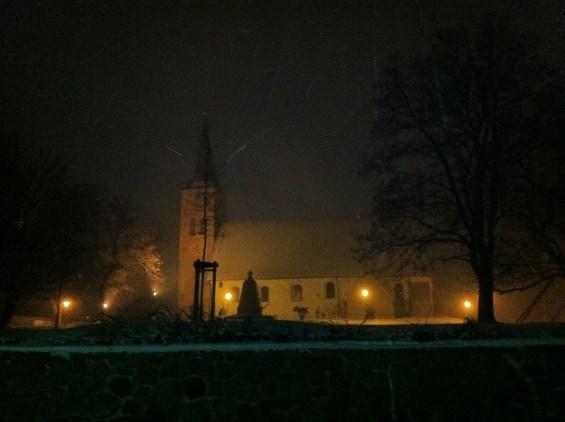 Betende Gestalt vor der Vicelin-Kirche St. Jacobi