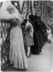 Jews praying on Williamsburg Bridge, 1909.