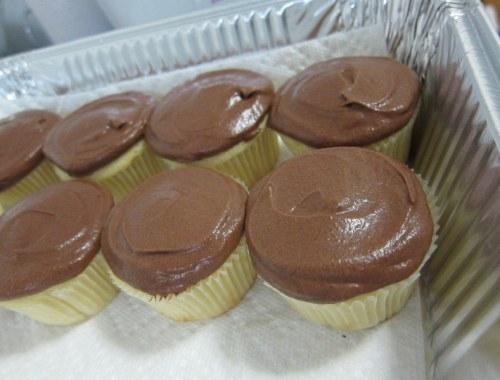 mariel-chua-nyminutenow-vanilla-cupcakes-chocolate-frosting