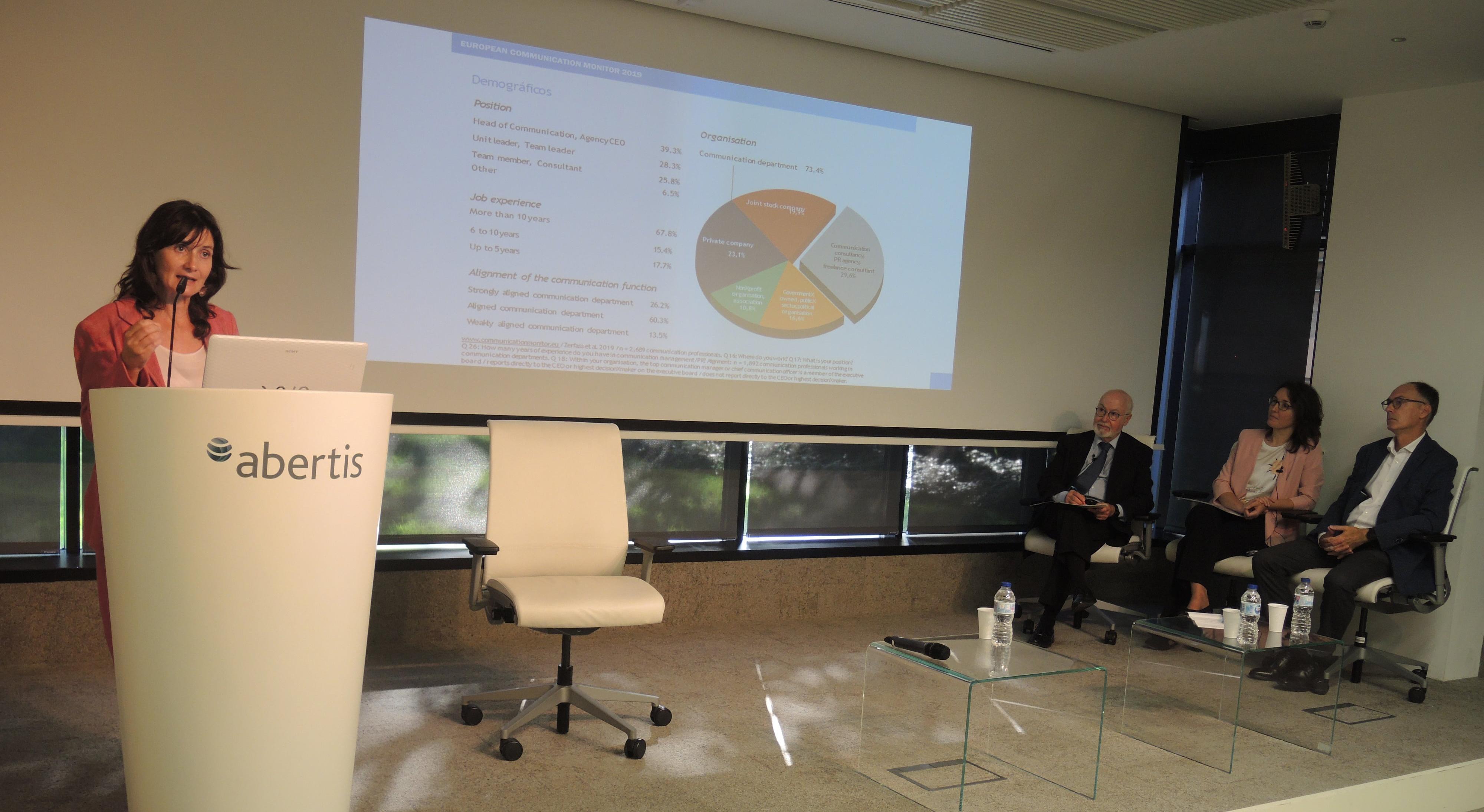Ángeles Moreno presentando los resultados del ECM2019