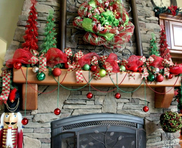 Organize large Christmas decoration with traditional decor items - large christmas decorations