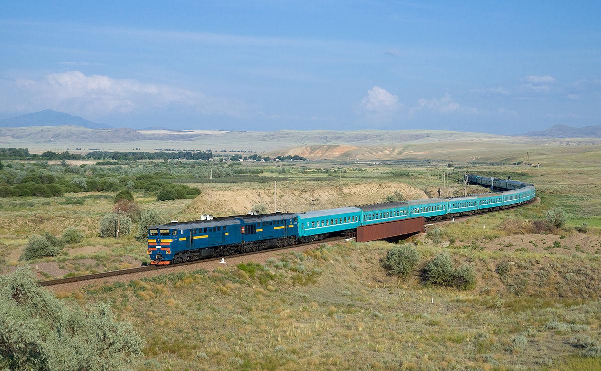 Train 22 Kyzylorda - Semipalatinsk, hauled by a Kazakhstan Temir Zholy 2TE10U engine. Picture taken near Aynabulak, Kazakhstan - megaprojects