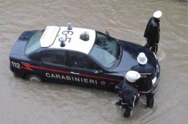 Sciacalli nell'alluvione? Due italiani trovati con ferro e batterie, denunciati dai Carabinieri