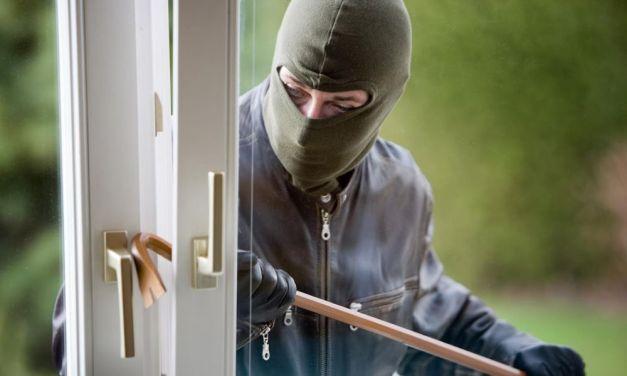 """""""La stiamo derubando e le abbiamo pure forzato la serratura"""" così un ladro ha detto alla padrona di casa ad Alzano"""
