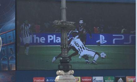 Il maxischermo della finale di Champions messo davanti ad un lampione. Gli italiani non si smentiscono….