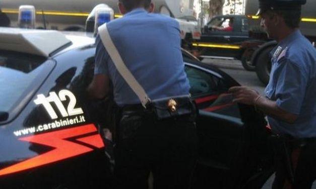 Giovane alessandrino di 17 anni tenta di sfilare la pistola a un carabinierie