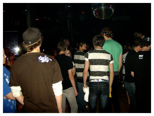 A sea of scene kids. Nice belt!