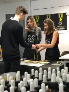 Les étudiantes de l'Ecole Supérieure du Parfum responsables des dégustations Olio Nuovo Days