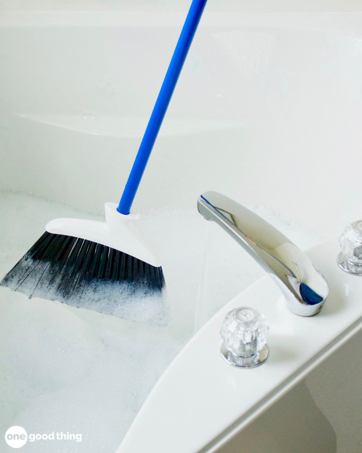 This Weird Trick Is The Best Way To Clean Your Bathtub · Jillee