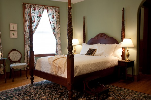 four poster bed in the English room