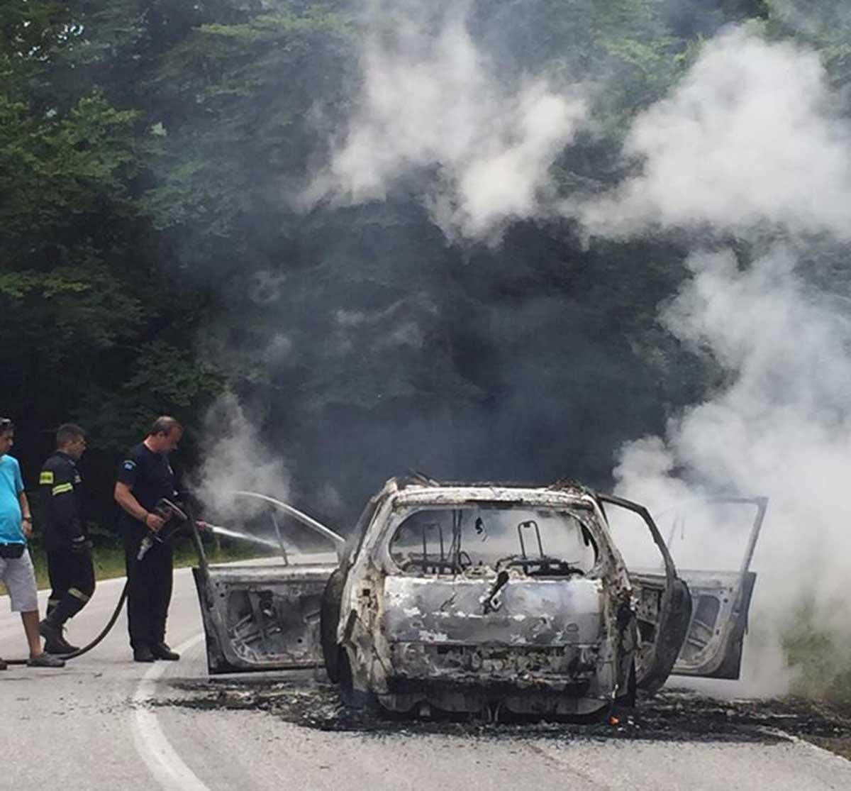 Πήρε φωτιά εν κινήσει και κάηκε ολοσχερώς αυτοκίνητο Λαρισαίων - Ταξίδευαν σε μοναστήρι στην Καλαμπάκα (φωτό)