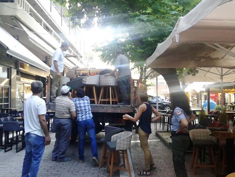 """Δημοτικοί αστυνόμοι """"σήκωσαν"""" τραπεζοκαθίσματα από δύο καφέ στην πλατεία Ταχυδρομείου (φωτό)"""
