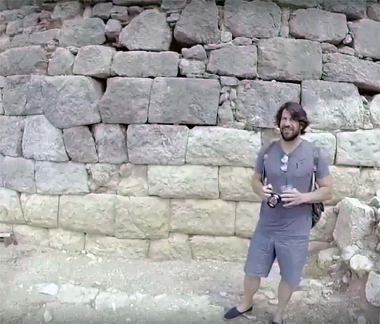"""Εντυπωσιακό βίντεο: Ο Αλέξης Γεωργούλης στην ακρόπολη των Φαρσάλων με το """"Authentic Greece"""""""