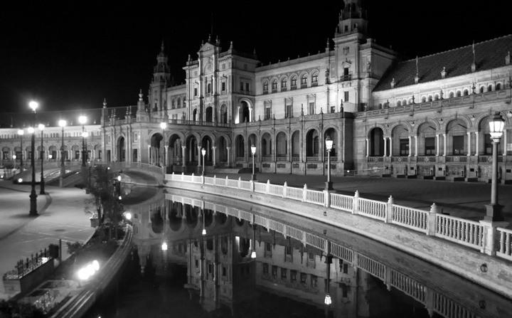 Seville's Plaza de España at night