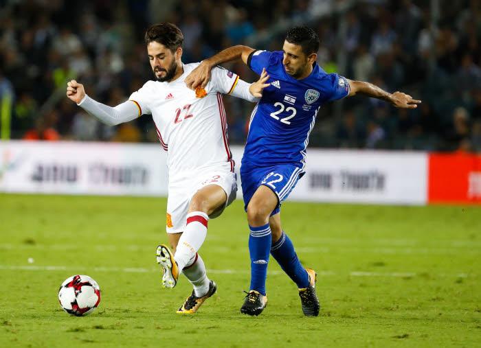 Isco agressé par un supporter — Israël-Espagne