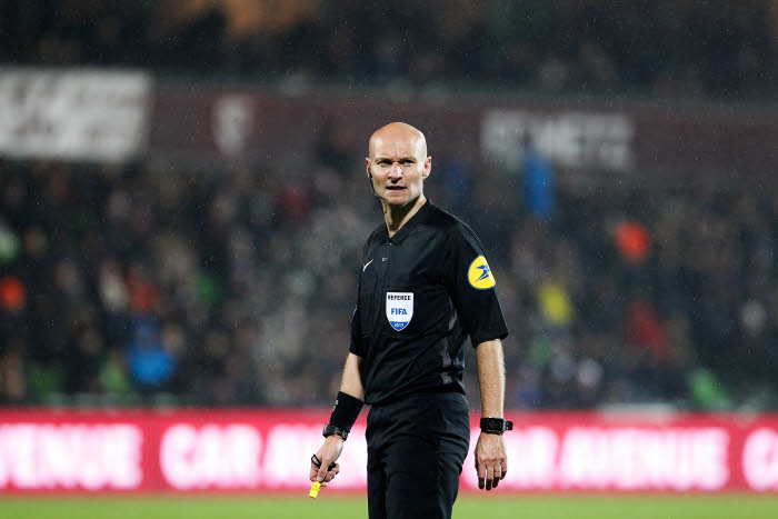 L'arbitre tacleur Tony Chapron auditionné — Discipline