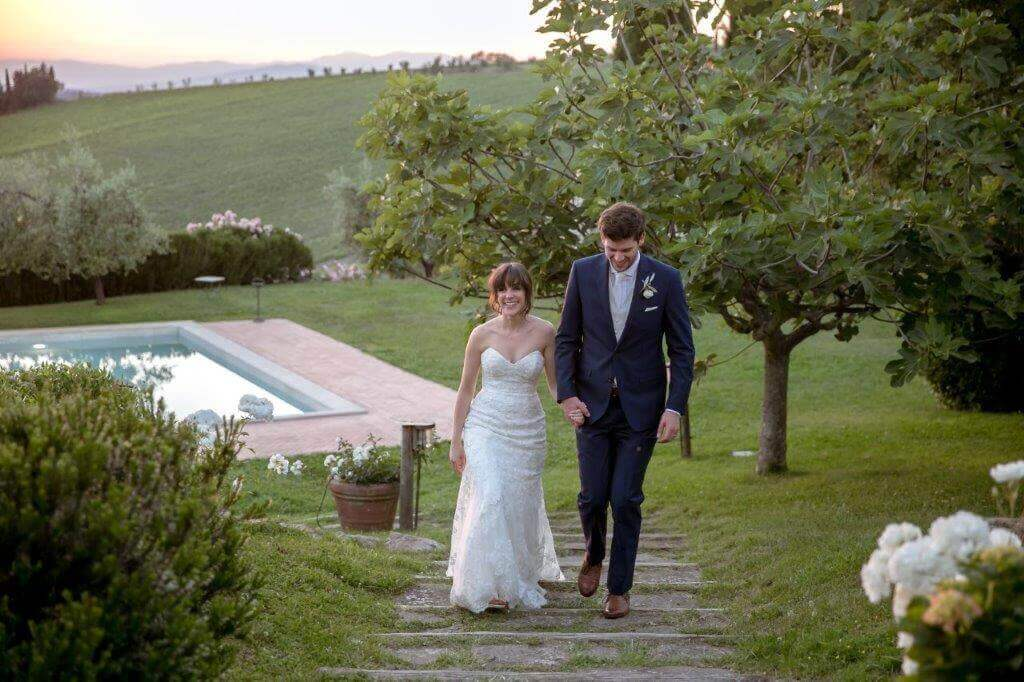 The newlyweds walk trough Fonte de Medici