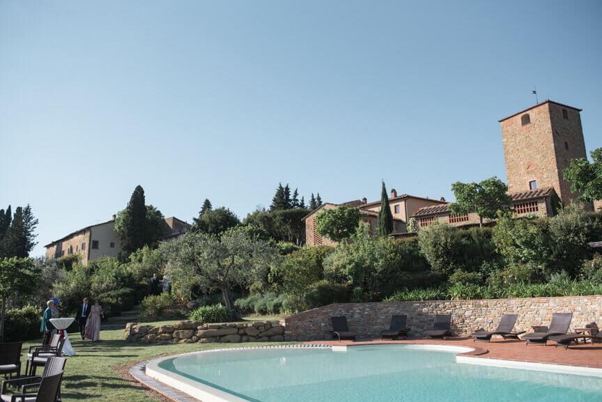 The newlyweds arrive to Borgo Petrognano